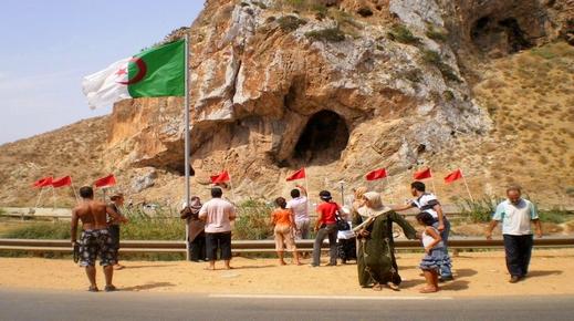 وقفة سلمية للمطالبة بفتح الحدود مع المغرب